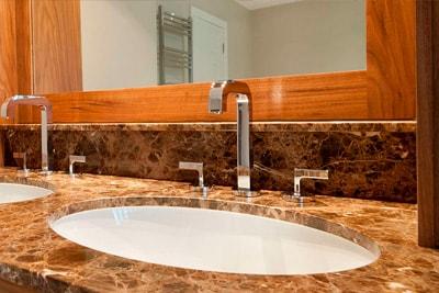 Столешницы из натурального камня в ванную